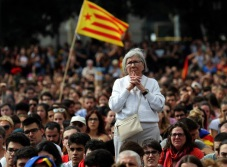 Catalanes se manifiestan a favor de su voto (VIDEOS)