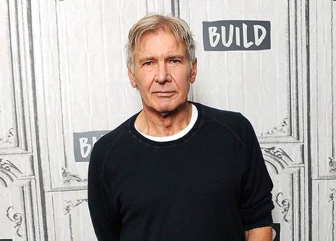 Rescata Harrison Ford a mujer accidentada en carretera