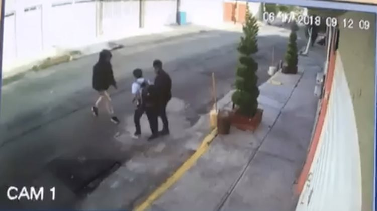 Asaltan a un niño a plena luz de día (VIDEO)