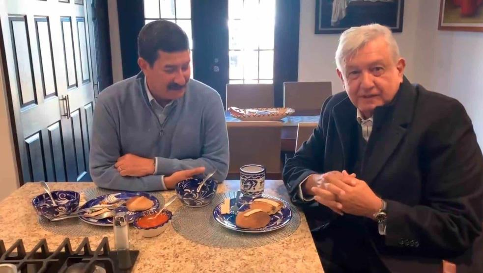 Video: AMLO desayuna con Javier Corral