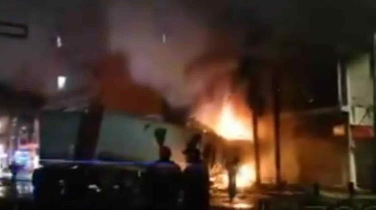 Tráiler choca, impacta casa y se incendia en Eje Central +video