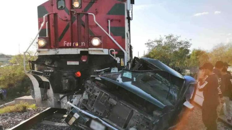 Intentan ganarle el paso al tren y se accidentan en Nopala